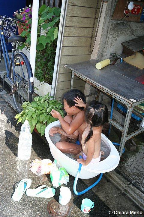 bambini in una tinozza